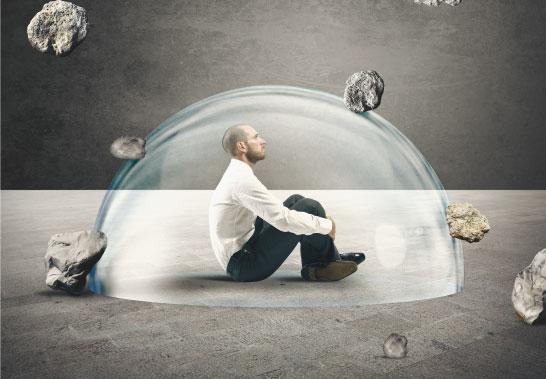 איש יושב בתוך בועת זכוכית